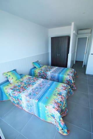 Chambre 2 avec 1 lit double 135 Et 1 lit simple 0.90 soit  3 couchages, vue mer Avec terrasse