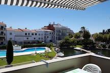 Terrasse avec salon 6  personnes et vue sur la piscine