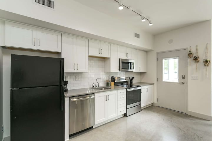 Super Clean Getaway - 3 Miles to Downtown - First Floor - Free Parking Near Unit - Dog Friendly -3