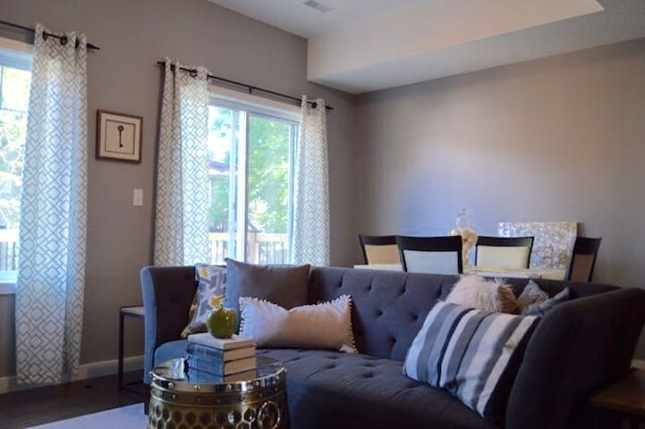 Modern, Professionally furnished home - Kitchener - Adosado