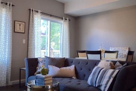 Modern, Professionally furnished home - Kitchener - Townhouse