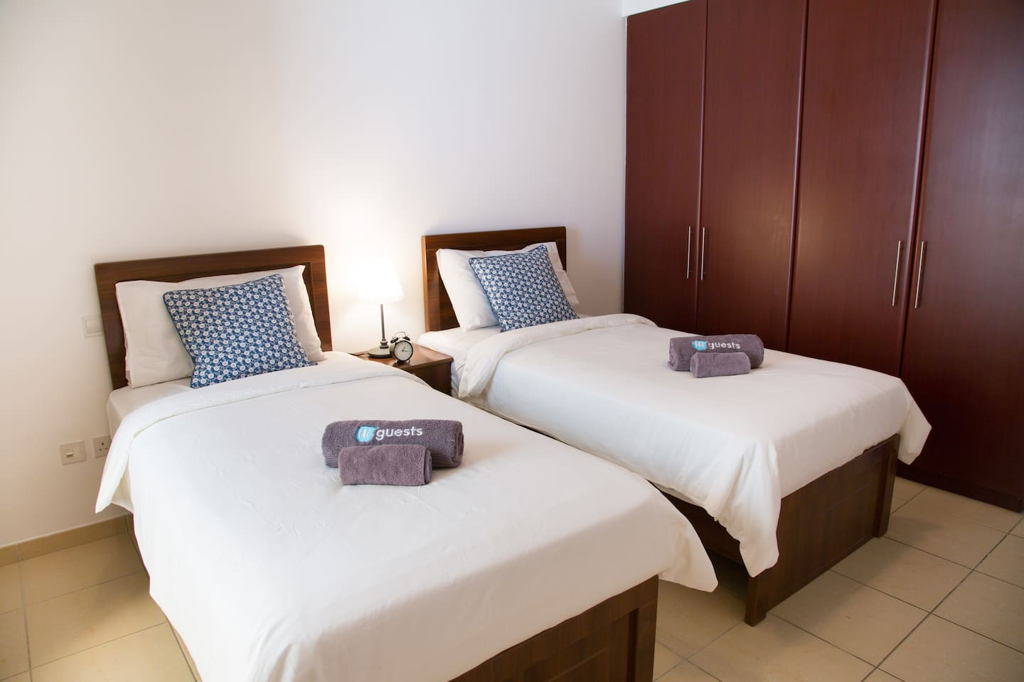 A bedroom with 2 single beds