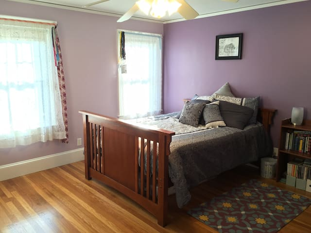 Spacious bedroom in Family Home - Lexington - House