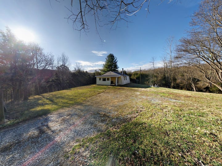 Country Cottage / Very Private/ Many Amenities