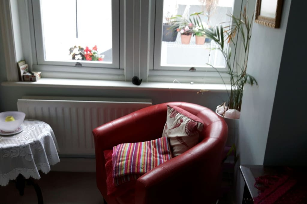 Sit in this comfy but upright seat and write the 21st century's Great English novel; your memoires; or a shopping list of the exotic,  award-winning ice creams from Di Paolo's, a  50-pace walk from No5.