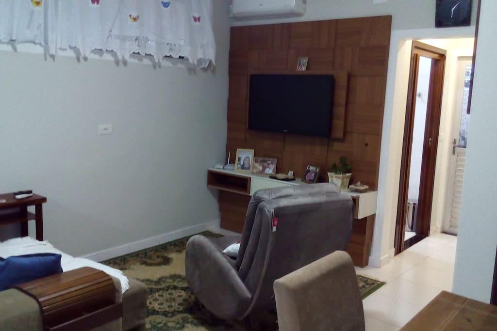 Sala de TV e ao lado de jantar