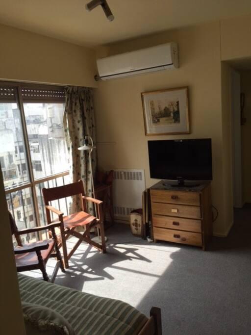 Estar con TV cable, aire acondicionado y sillas para lectura (lugar común)