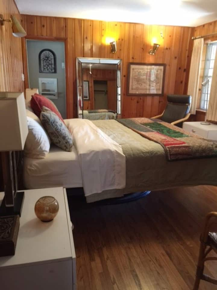 Close to F.W. Stock Show & Rodeo!  King Bed & Bath