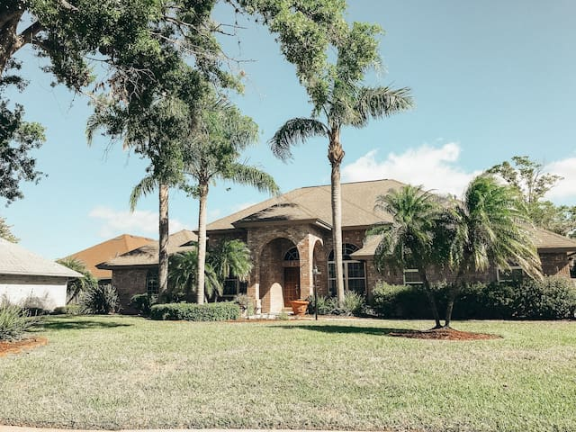 CLOSE TO BEACH/KSC- Quiet Master Suite w/ Pool