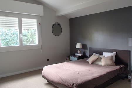 Chambre calme dans grande maison à Lormont - Lormont - Rumah