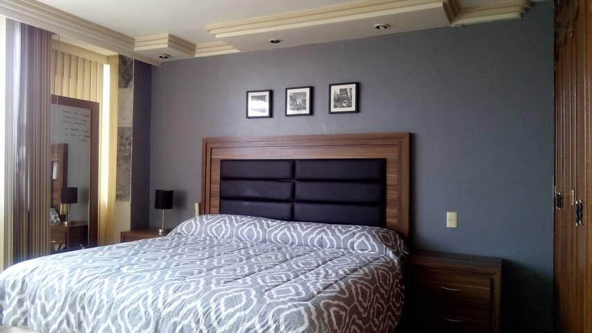 Amplia habitación muy luminosa. SmartTV.