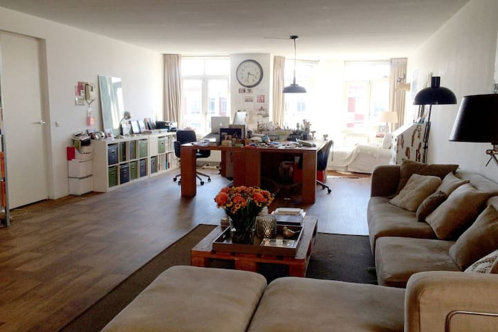Arty loft on quiet square in city center - Haag - Leilighet