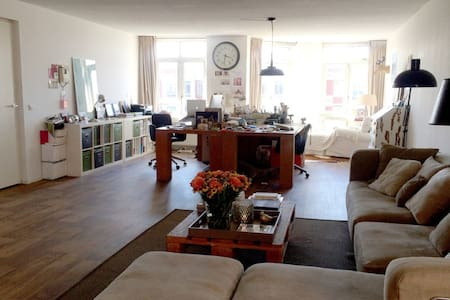 Arty loft on quiet square in city center - Lahey - Daire