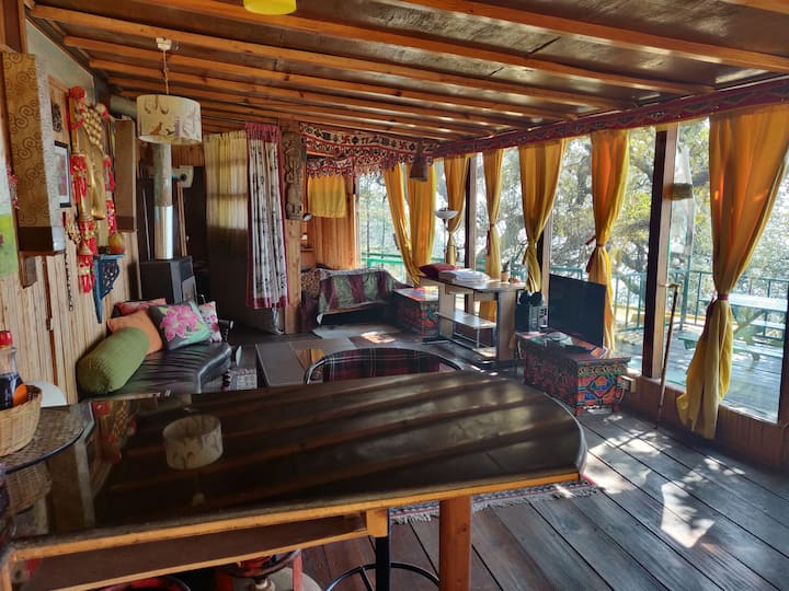 Fang's Den, Landour:Wooden Cabin with private deck