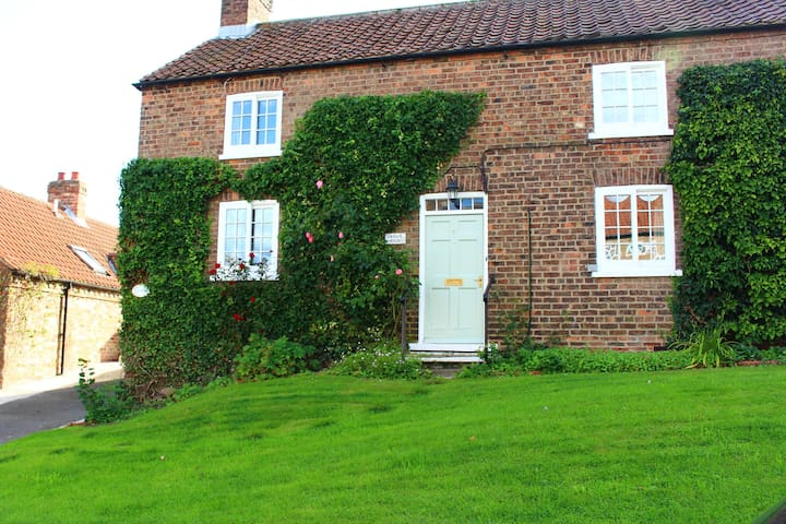 Sparling House.Crayke, Nr Easingwold. Dogs Welcome