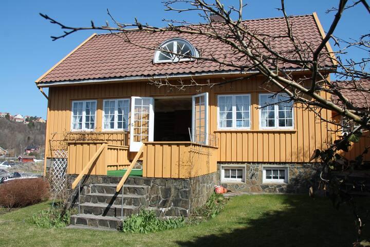 Solrik enebolig med brygge - Arendal - Ev