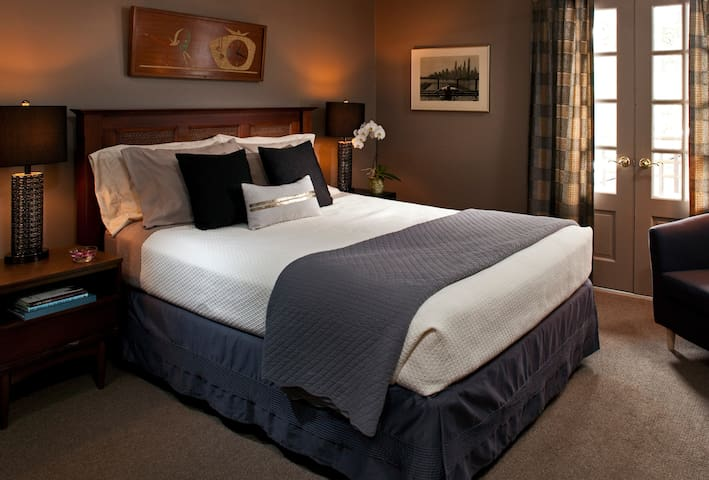 Metro Room - Journey Inn Bed & Breakfast