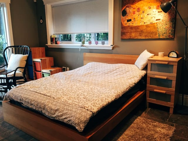 CHARMING TWO BEDROOM GARDEN SUITE - WEST VANCOUVER - West Vancouver - Talo
