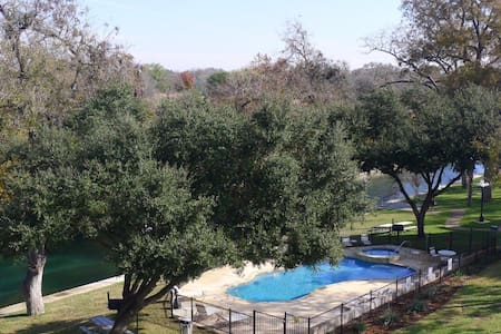 Rio Vista~ 1br 1ba condo on the Comal river