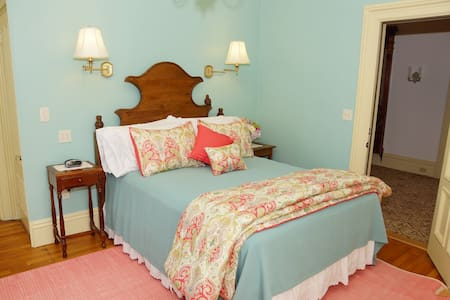 Victorian Queen Room w/fireplace and whirlpool tub - Rockland - Bed & Breakfast