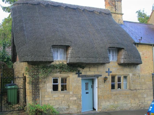 THATCHED COTTAGE, romantic in Chipping Campden, Ref 988642