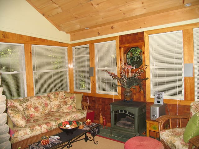 Cozy,sunny two room suite - Mount Tremper - Lejlighed