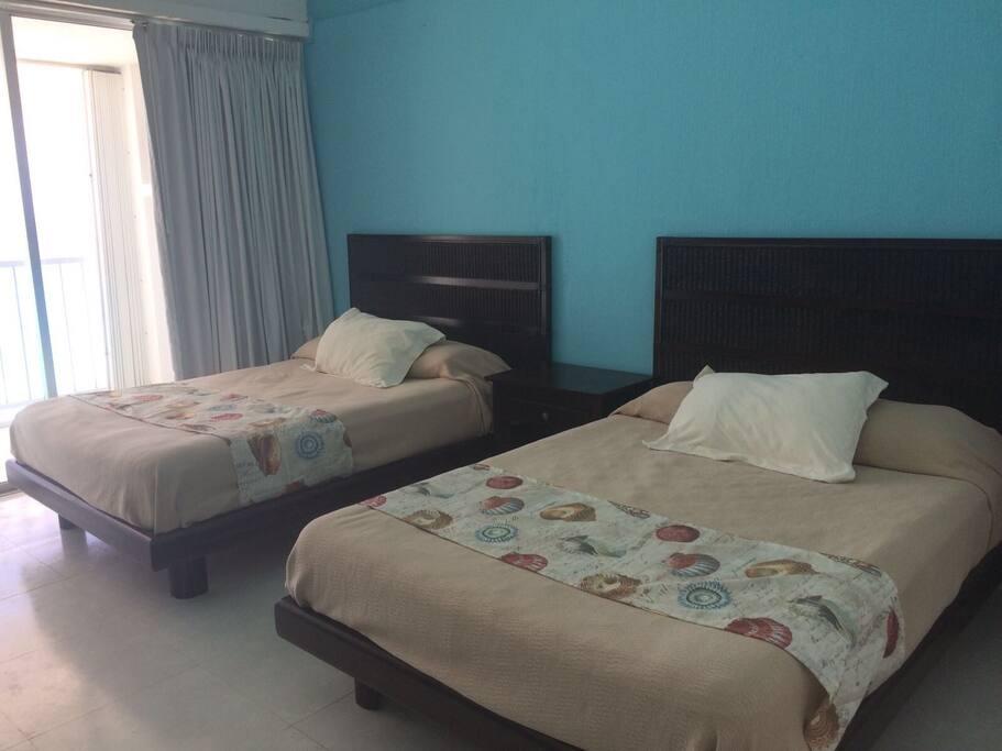 Amplia recámara con dos camas matrimoniales, pantalla de televisión , baño completo, ventilador y aire acondicionado , con una vista espectacular al mal.... para relajarse!!!!