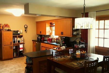 Spacious home- close to airport or to explore city - Oak Creek - Haus