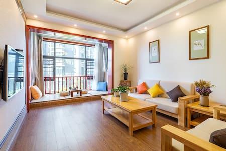 302 市中心两室两厅公寓有电梯、厨房和洗衣机及免费停车,步行至丽江古城10分钟适合自驾游和家庭