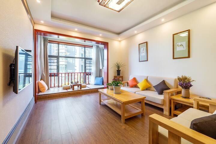 302 市中心两室两厅公寓有电梯两卧室两空调,带厨房和洗衣机及免费停车,步行至丽江古城10分钟