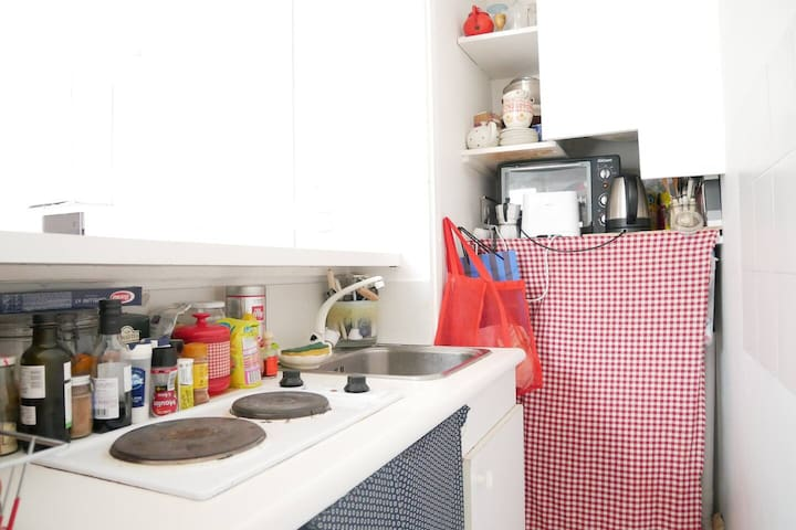cuisine / kitchen  + machine à laver derrière le rideau à carreau / + washing machine under the vichy  curtain