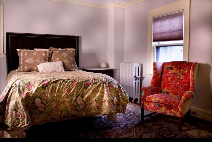 Queen bed, shared bath in historic home