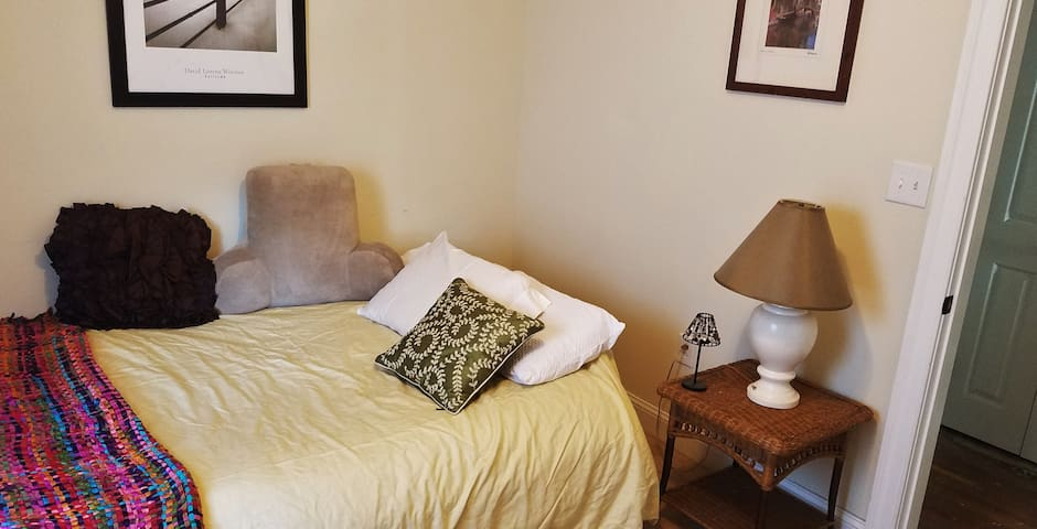 Comfy sunny room - downtown Winchester