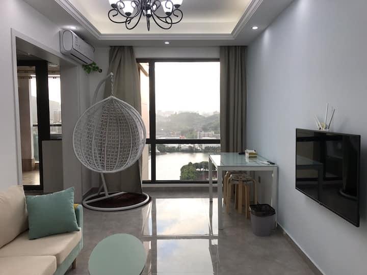 2高档小区湖景山景家的温馨高层视野开阔两室一厅一卫一厨房大阳台