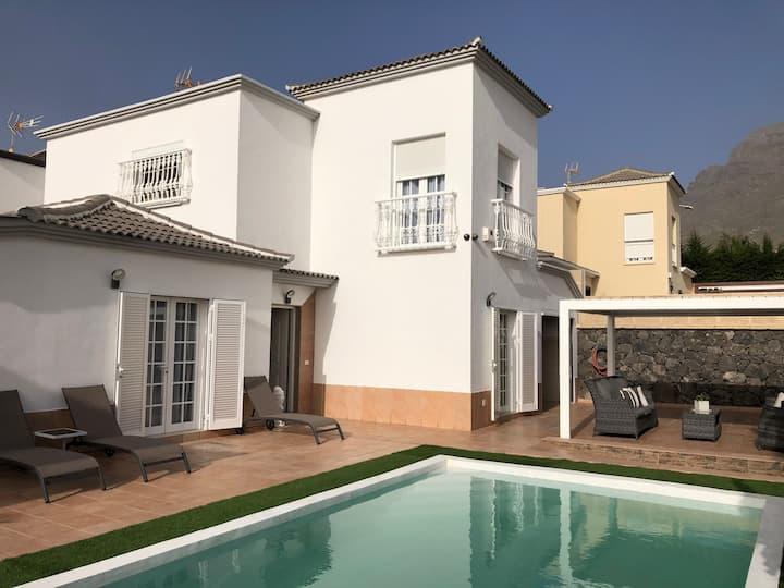 Villa Vanesa.Pool.Ocean view.Center.Luxury.Private
