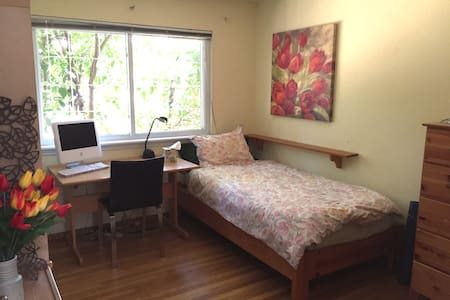 Cozy Room + Bathr, Safe neighborhood- Females Only - Los Altos - Haus