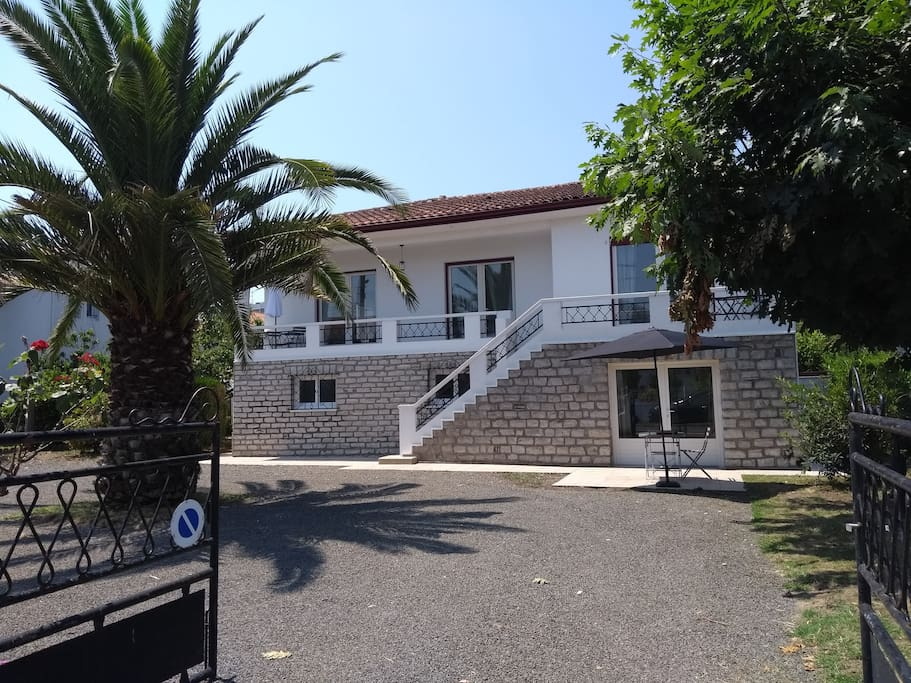Extérieur, parking privé, Appartement en rez de chaussée, entrée et terrasse par la gauche de la maison