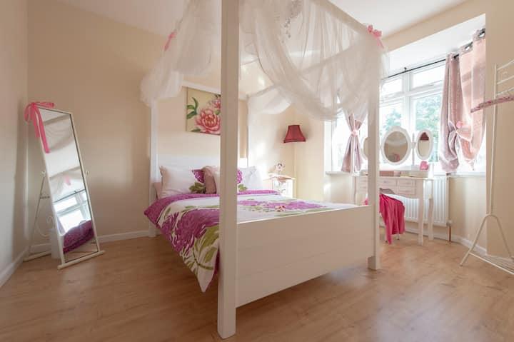 New & LARGE 6 bedroom,sleeps16.Free Parking London