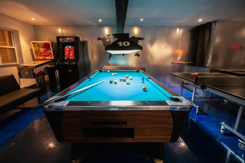 Très Grande salle principale avec jeux système de son et cuisine équipée.