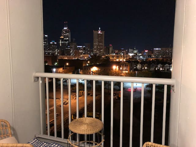 Stylish, 7th Floor 1br Apartment with City Views