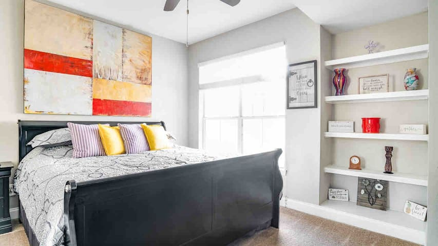NEW! Plush Pad Midtown w/ King...an AMAZING space!