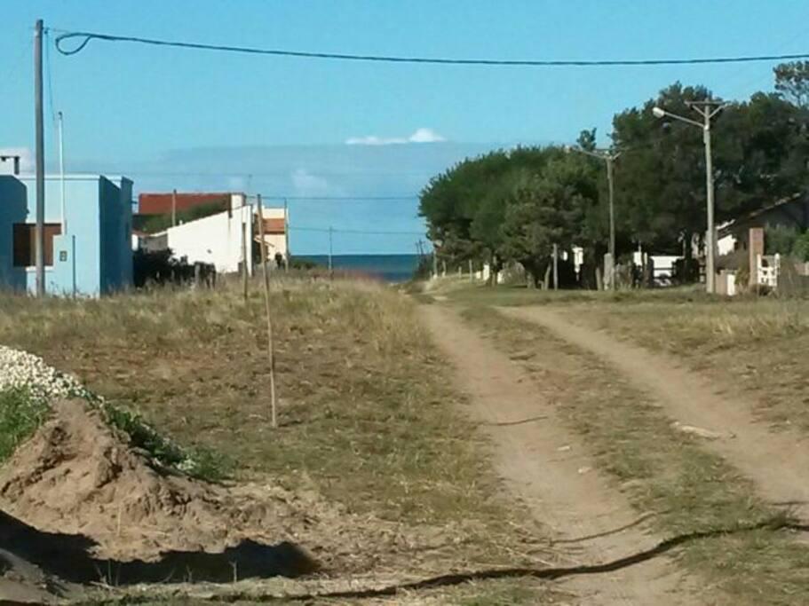 La vista del mar desde la puerta de la casa, estamos a 3 cuadras de la playa en medio de una tranquilidad increible.