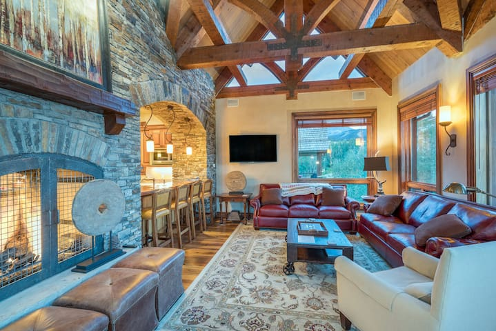 High-End Home with a Gourmet Kitchen & 5 Fireplaces Just a Quick Walk to the Slopes