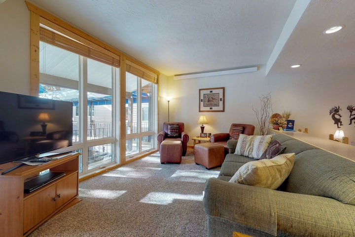 Cozy condo w/ shared pool, tennis & fireplace - walk to lifts!