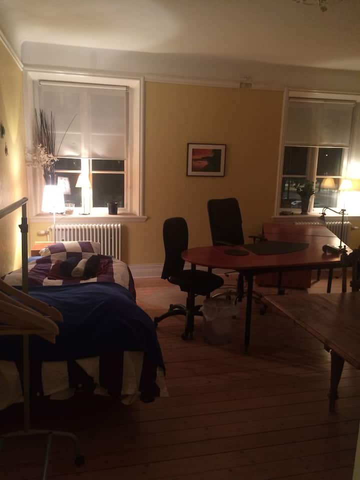 Stort kontorsrum med övernattning.