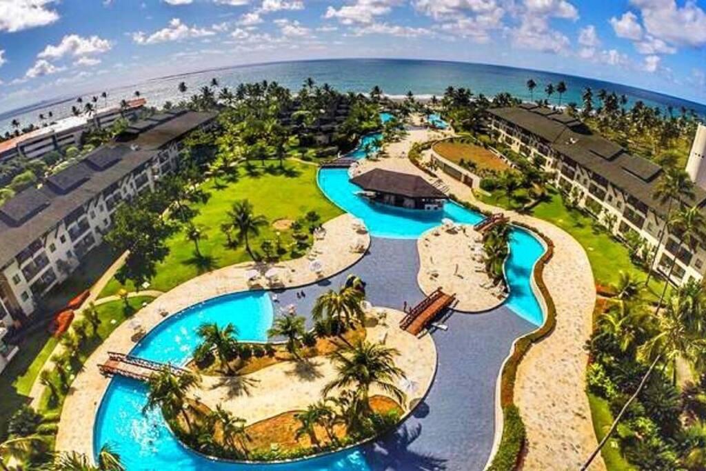 A 4º maior piscina do Brasil com 3,3 mil m² – Beach Class Resorts Muro Alto (Porto de Galinhas/PE) – A piscina se espalha pelos sofisticados blocos de apartamentos e bangalôs e é rodeada por jardins tropicais. Na área da piscina há também duas Jacuzzi.