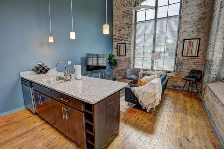*Newly renovated* Industrial meets modern living!