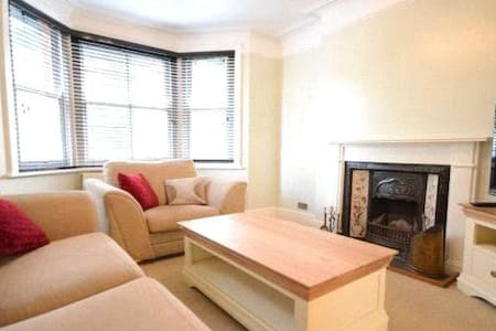 Large Bright and lovely house - Camberley