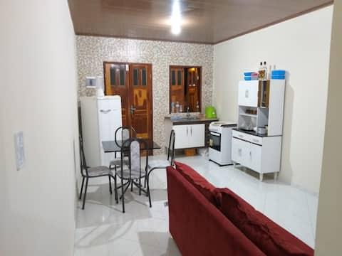 Casa com 2 quartos e varanda com vista.
