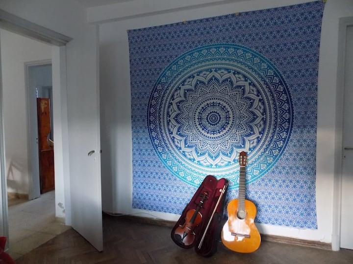 Casa iluminada con habitación confortable